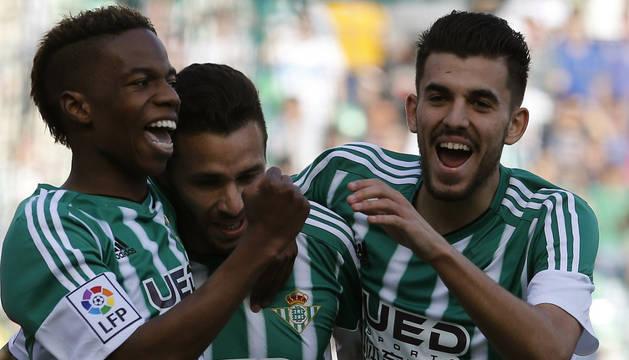 Musonda y Ceballos felicitan al autor del gol, Rubén Castro.