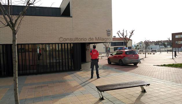 Un agente de la Policía Foral, frente al centro sanitario.