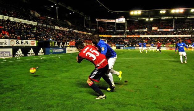 Olavide trata de superar a un defensor del Almería.