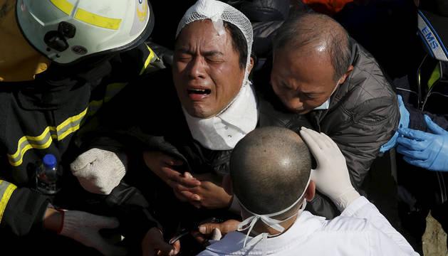 Un hombre llora tras conocer la muerte de un familiar.