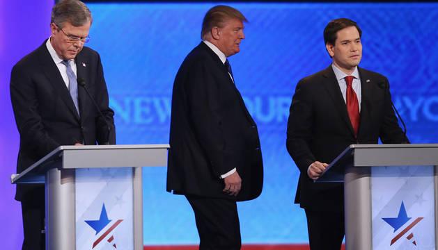 Donald Trump, entre Jeb Bush y Marco Rubio.