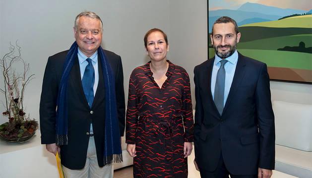 El cónsul Delloye, la Presidenta Barkos y el cónsul honorario de Francia en Pamplona, Miguel Ángel Cazón.