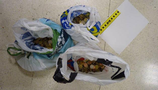 Las bolsas llenas de monedas que encontraron en las inmediaciones de la zona.