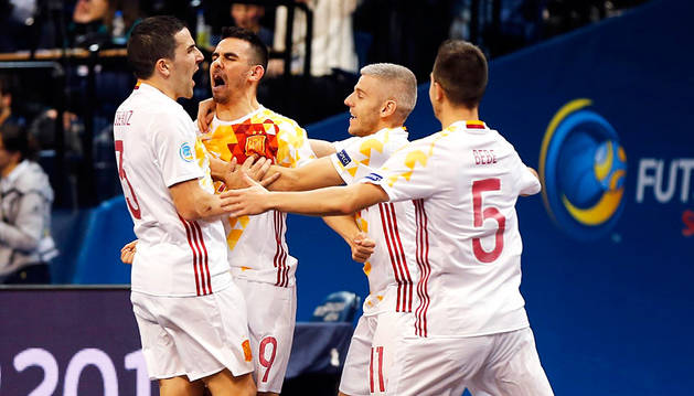 Los jugadores españoles celebran un gol a Portugal.