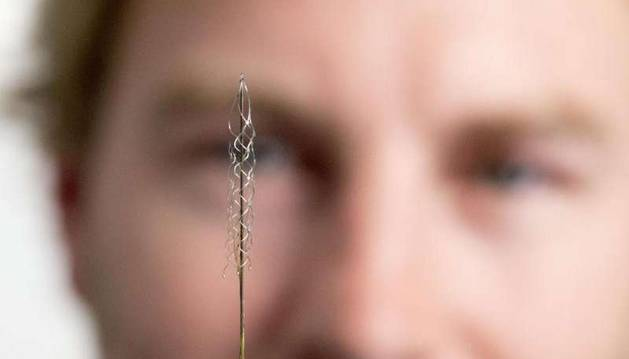 El minúsculo dispositivo que se implanta en el cerebro.