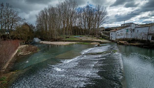 Una imagen del Ega en la presa de Ancín, cerca de donde se encuentran los pozos de la Mancomunidad.