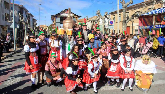 Los integrantes de la carroza 'Manacán El Andén' posaron tras el desfile de Cintruénigo.