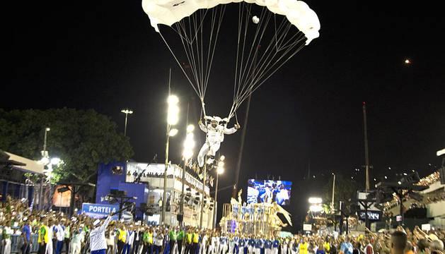 Espectacular desfile en el sambódromo de Río