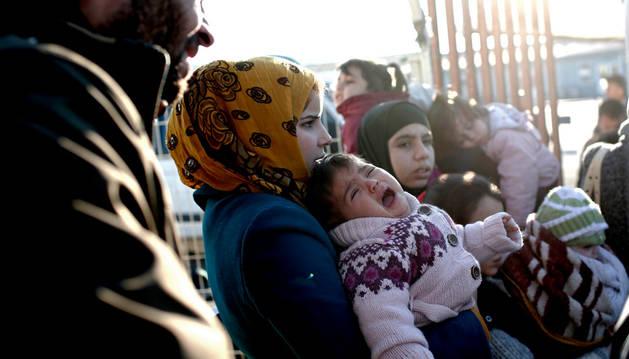 Refugiados esperan en el paso fronterizo de Öncüpinar, en la provincia de Kilis, en Turquía.