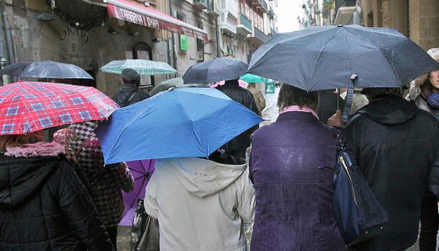 Paraguas en la calle Estafeta de Pamplona.