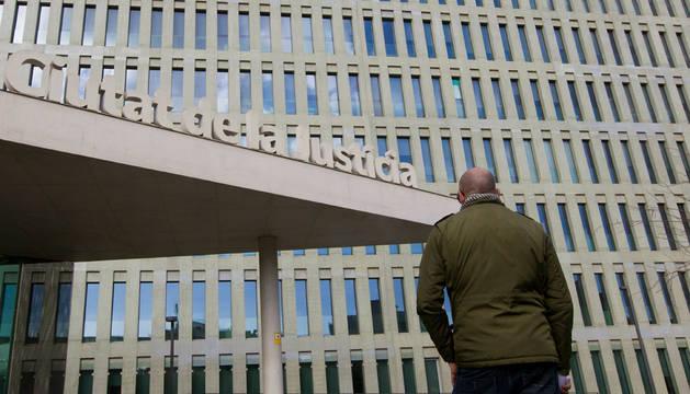 El padre de uno de los alumnos que han denunciado abusos, en la ciutat de la Justicia de Barcelona.