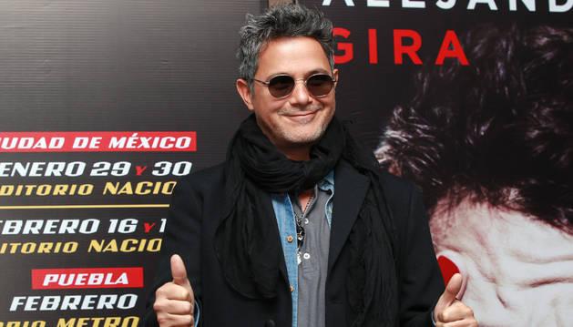 El cantante Alejandro Sanz posa durante una rueda de prensa en Ciudad de México.