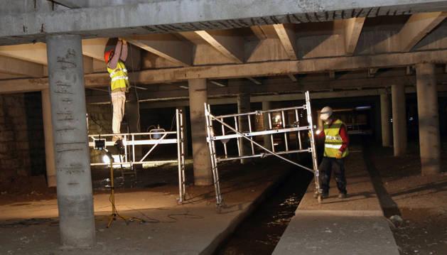 En la foto, tomada en octubre de 2009, dos operarios de la antigua adjudicataria trabajaban en el arreglo del cubrimiento del Queiles.