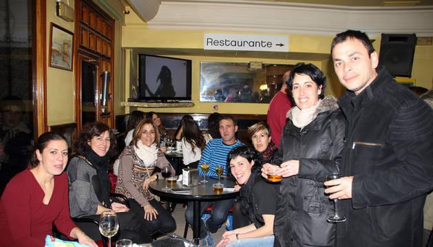 Un grupo de amigos disfruta de la Ruta del Pincho en un bar.