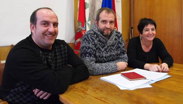 De izda. a dcha., Juantxo Izal Lus (vocal por Jaurrieta), Gustavo Goiena Agirre (presidente por Uscarrés) y Mila Zubiri Sanz (vocal por Esparza de Salazar).