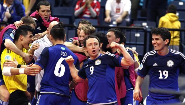 Los jugadores de Kazajistán celebran la clasificación.