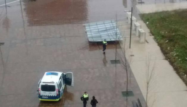 Un cartel informativo, volcado en una calle de Pamplona a causa del viento.