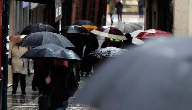 Paraguas en el centro de Pamplona.