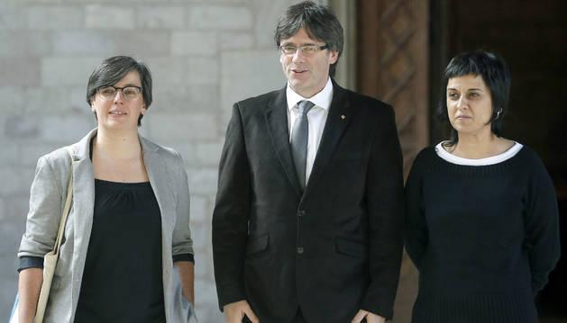 Carles Puigdemont con las representantes de la CUP, Mireia Boya y Anna Gabriel.