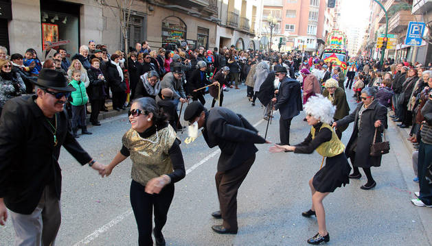El grupo Latinos por el Mundo, bailando durante el desfile del domingo.
