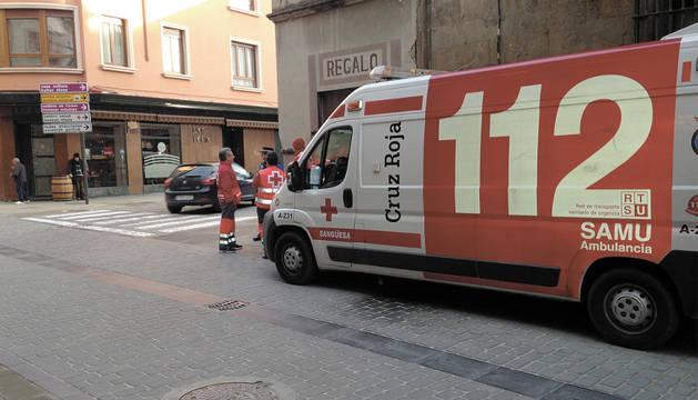 Ambulancia de Cruz Roja Sangüesa en la calle Mayor de la localidad.