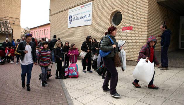 Padres y alumnos salen de las instalaciones del colegio público Elvira España de Tudela.