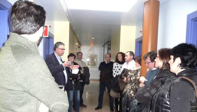 Los parlamentarios, durante la visita a la residencia Santa Zita.