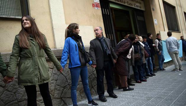 Cadena humana ante el colegio Maristes Sants-Les Corts en solidaridad con las víctimas y el profesorado.