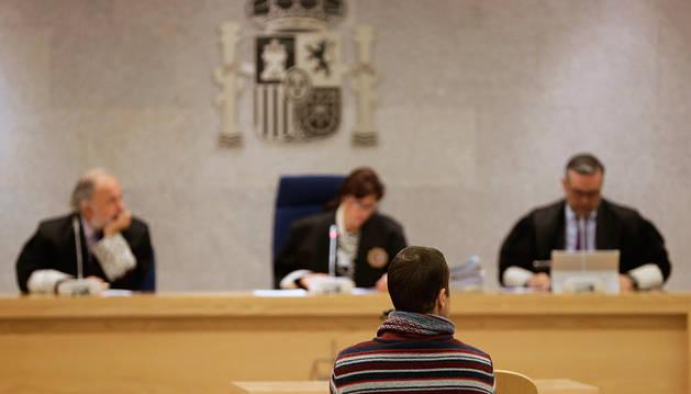 Eneko Gogeaskoetxea, de espaldas, durante el juicio en la Audiencia Nacional.