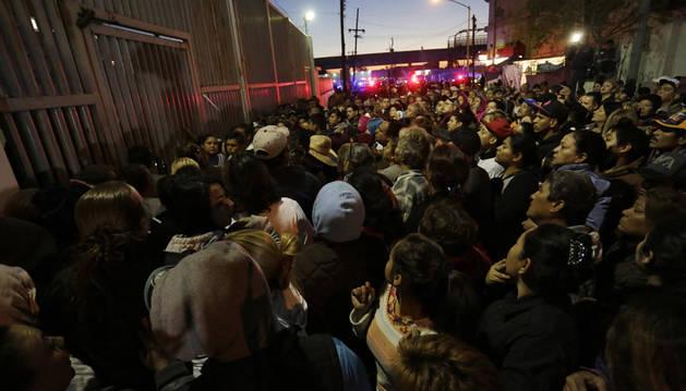 Decenas de familiares de los internos, a las puertas de la cárcel de Topo Chico, en México.