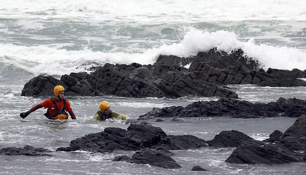 Efectivos de Bomberos de Asturias continúan la búsqueda del niño desaparecido en la playa Frejulfe.