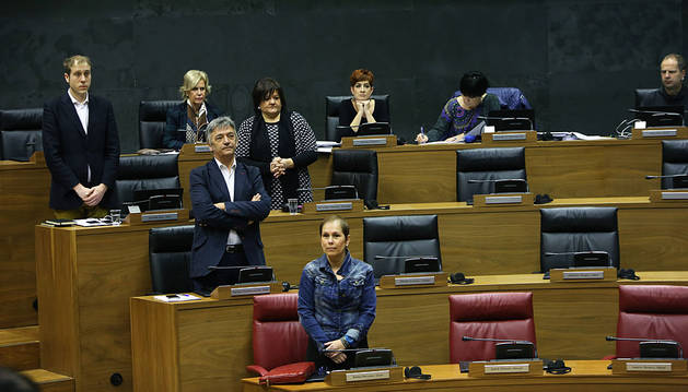Parlamentarios de Bildu, sentados durante el minuto de silencio por víctimas de ETA.