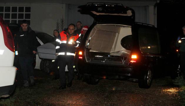 Agentes y efectivos de emergencias en el lugar donde se cometió el crimen.