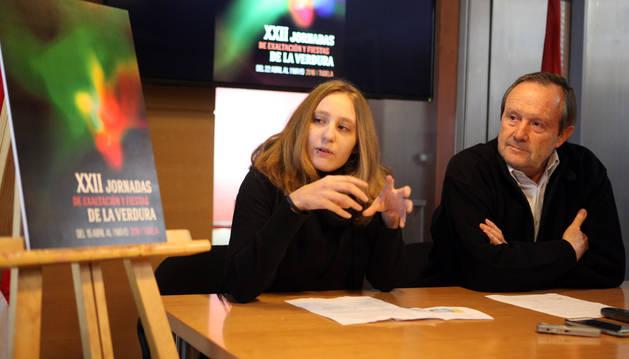 María Hernández y Rafael Remírez de Ganuza contemplan el cartel anunciador.