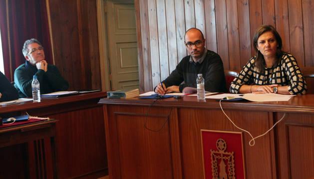 De izda. a dcha.: el portavoz del PSN, Javier Blasco; el secretario, Jesús Litago; y la alcaldesa, Conchi Ausejo.