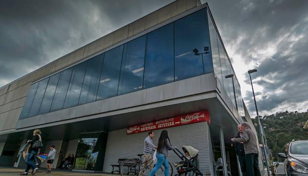 Exterior del polideportivo de Estella, un edificio que se alza en terrenos del Sector B de Estella.