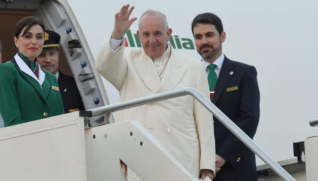 Salida del Papa desde el aeropuerto de Fiumicino, cerca de Roma.