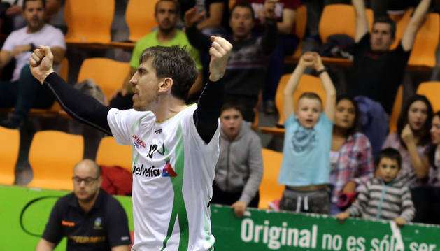 Bozidar Nadoveza celebra un gol.
