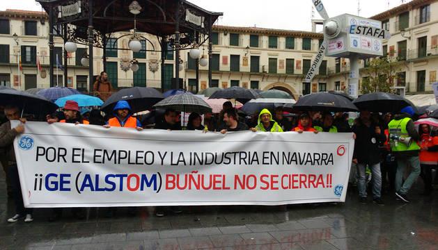 Los trabajadores, durante la manifestación en la Plaza de los Fueros de Tudela.