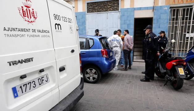 Varios agentes de la Policía Nacional en el lugar del suceso.