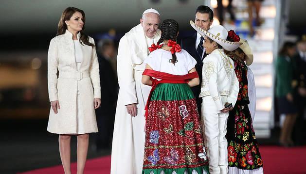 El papa Francisco, con Peña Nieto y su mujer, Angelica Rivera.