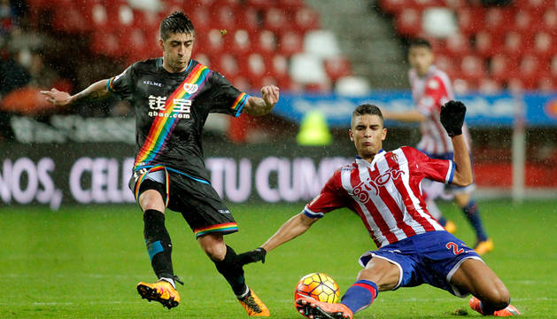 Rachid Aït-Atmane  corta el avance de Pablo Hernández.