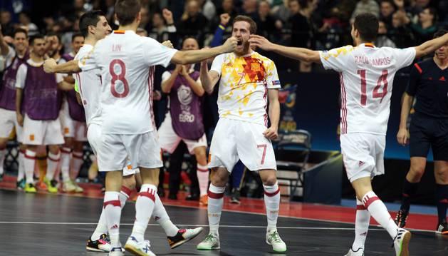España celebra un gol ante Rusia.