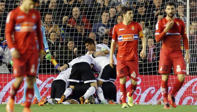 El Valencia celebra el gol de Cheryshev.