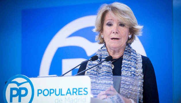 La presidenta del PP de Madrid, Esperanza Aguirre, presentando su dimisión.