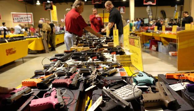 Vista de algunas armas que forman parte de la Feria de Armas de Miami.