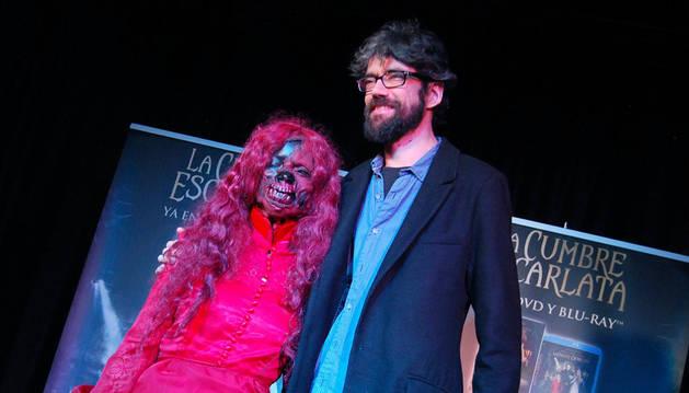 Javier Botet junto a una actriz con maquillaje inspirado en la película 'La Cumbre Escarlata'.
