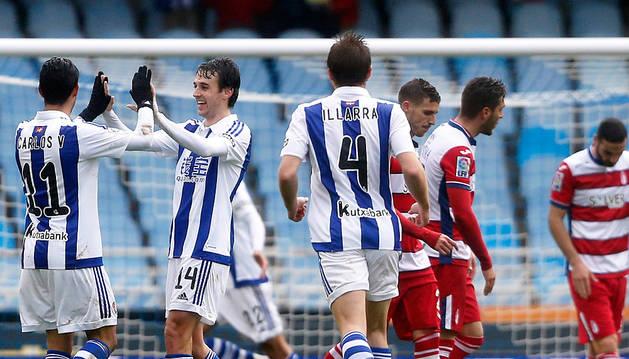 Los jugadores de la Real celebran un gol al Granada.