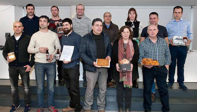 La consejera Elizalde, junto a los representantes de las empresas y maestros artesanos que han recibido su diploma.