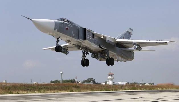 Un cazabombardero ruso en la base aérea de Hmeymim (Siria).
